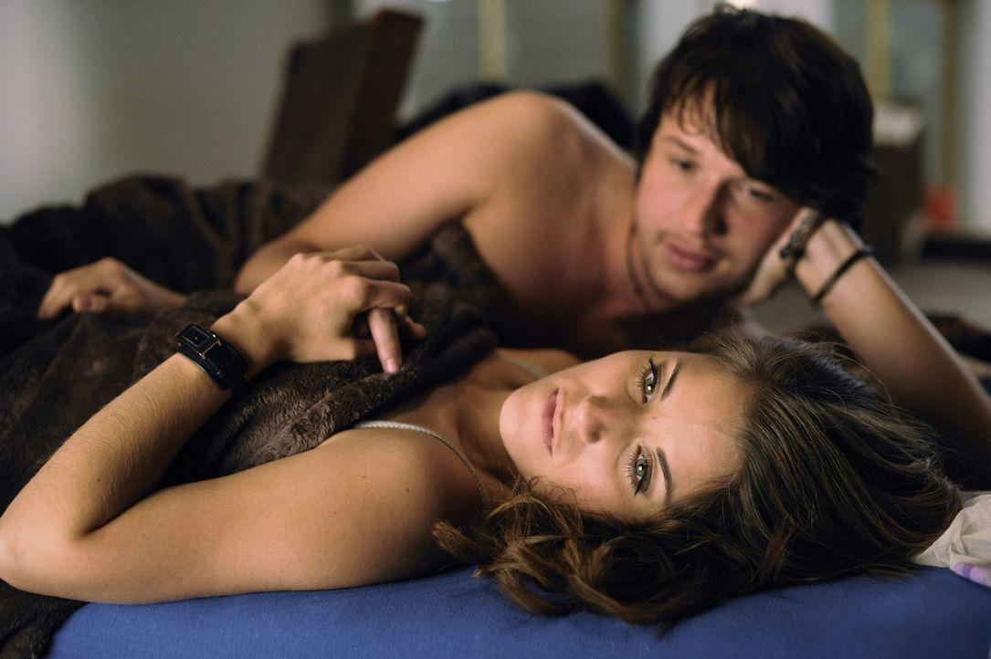 Nach dem leidenschaftlichen Sex mit Bea (Vanessa Jung, vorne) schöpft Ben (Christopher Kohn, hinten) neue Hoffnung. Er wird jedoch enttäuscht ... - Bildquelle: Christoph Assmann SAT.1