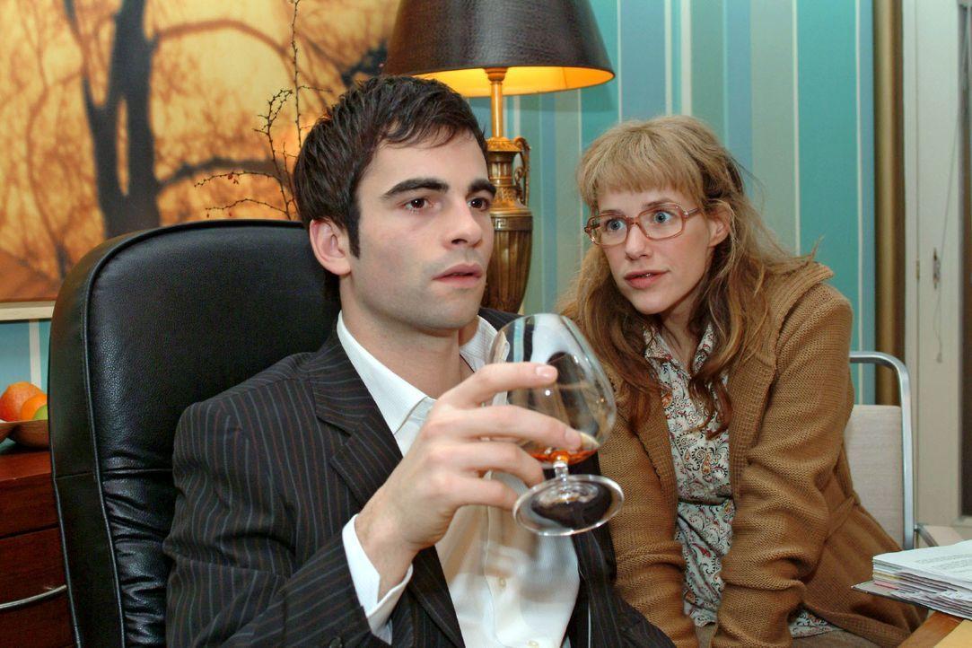 Lisa (Alexandra Neldel, r.) ist glücklich, David (Mathis Künzler, l.) - zumindest im Büro - so nahe sein zu können. (Dieses Foto von Alexandra Nelde... - Bildquelle: Monika Schürle SAT.1 / Monika Schürle