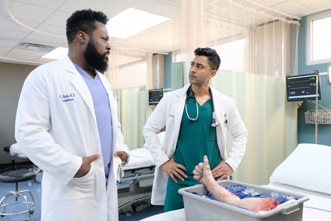 Dr. AJ Aust (Malcom-Jamal Warner, l.); Dr. Devon Pravesh (Manish Dayal, r.) - Bildquelle: Guy D'Alema 2018-2019 Twentieth Century Fox Film Corporation. All rights reserved. / Guy D'Alema