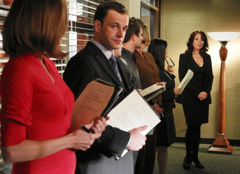 Eli (Jonny Lee Miller, 2.v.l.) und Maggie (Julie Gonzalo, l.) warten gespannt darauf, was Marci Klein (Katey Sagal, r.) zu vekünden hat ... - Bildquelle: Disney - ABC International Television