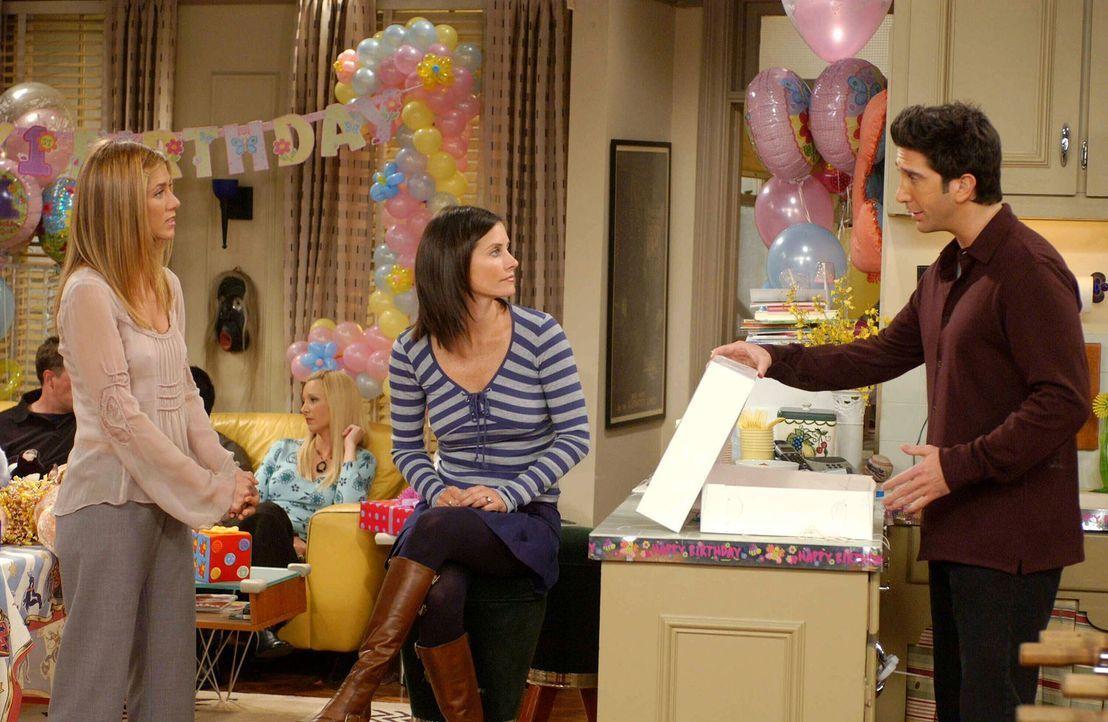 Monica (Courteney Cox, M.) und Rachel (Jennifer Aniston, l.) sind stolz auf Ross (David Schwimmer, r.), da er Emmas Geburtstagstorte gerettet hat ... - Bildquelle: 2003 Warner Brothers International Television