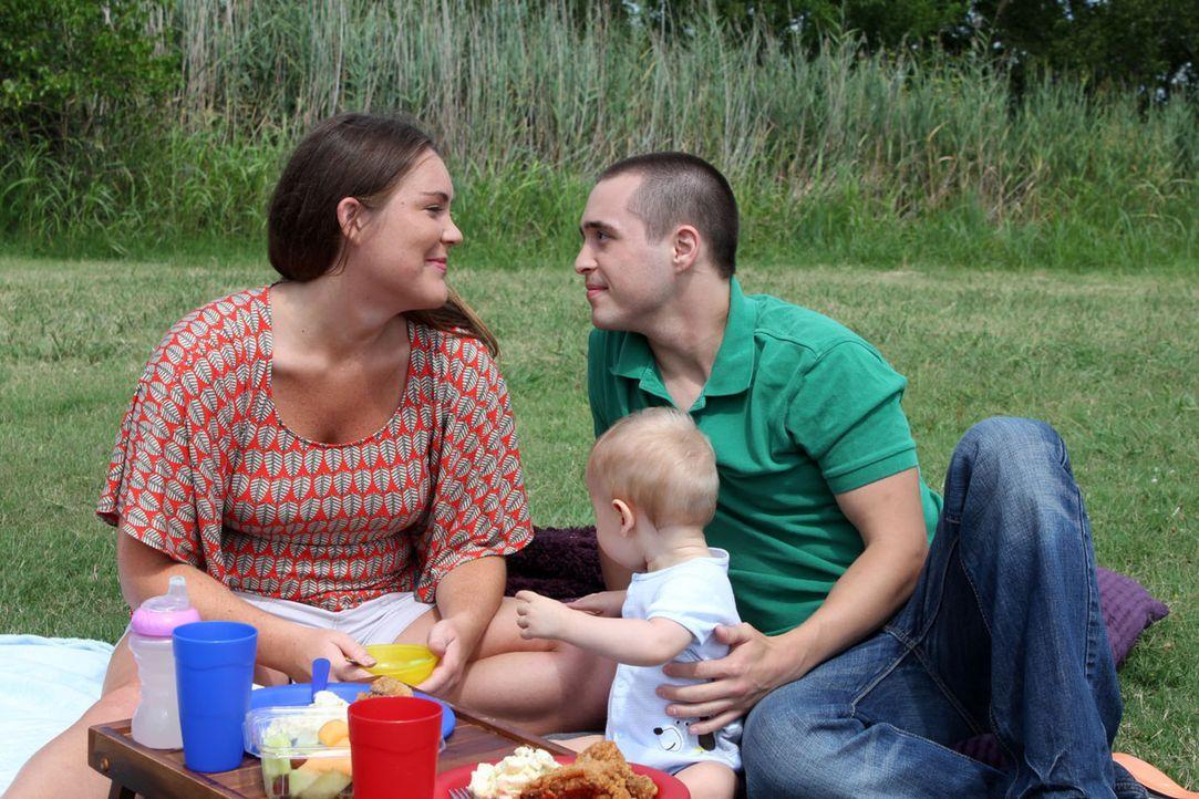 Noch sind Rose Goggins (l.), Robert Beersdorf (r.) und ihr kleiner Sohn eine glückliche Familie ... - Bildquelle: M2 Pictures