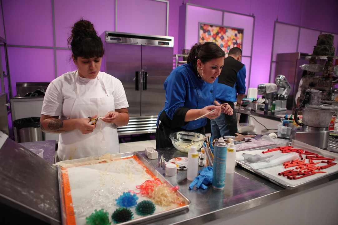 """Dass bei """"Cake Wars""""  nicht nur einwandfreie Backkünste, sondern auch jede Menge Kreativität erforderlich ist, stellt auch Sabrina Campbell (r.) fes... - Bildquelle: 2016,Television Food Network, G.P. All Rights Reserved"""