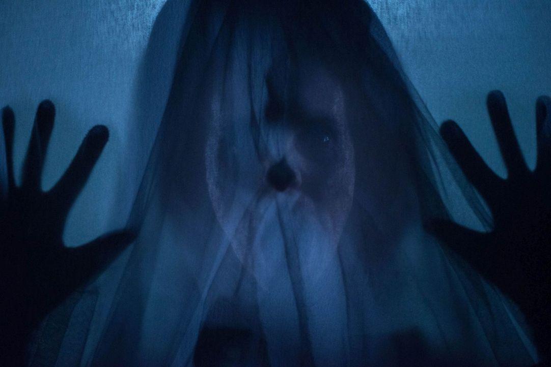 """""""Die Frau in Schwarz (Leanne Best) kommt immer wieder, hat niemals verziehen - der Frau in Schwarz kann keiner entfliehen"""" ... - Bildquelle: Nick Wall Angelfish Films Limited 2014 Photo"""