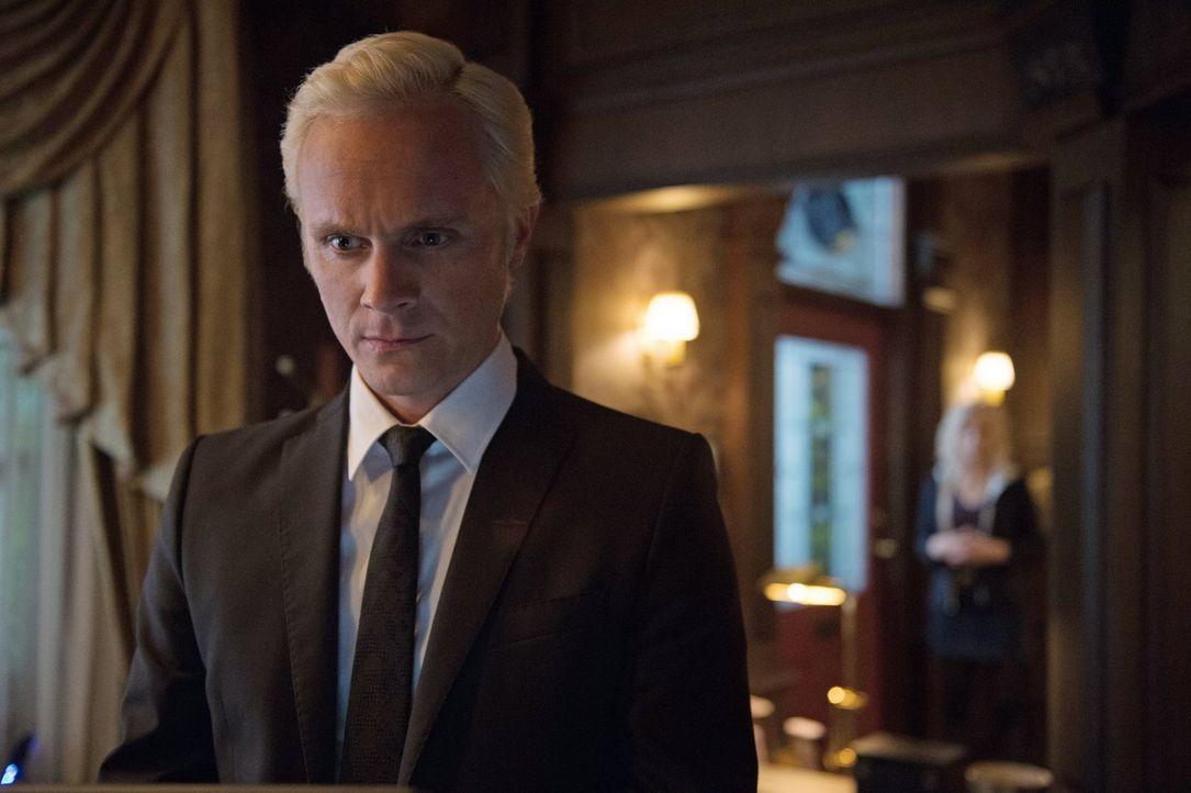 Nachdem Liv Blaine (David Anders) das ungetestete Gegenmittel gespritzt hat, hat der geschäftstüchtige Mann einen neuen Weg eingeschlagen. Oder doch... - Bildquelle: 2014 Warner Brothers