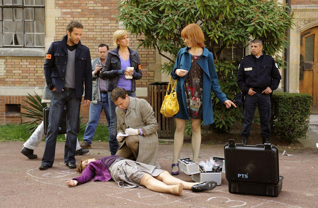 Ihr neuster Fall stellt einiges auf den Kopf: Matthieu (Guillaume Cramoisan, l.), Fred (Vanessa Valence, 2.v.l.), der Doc (Guillaume de Tonquedec, 2... - Bildquelle: 2008 - Beaubourg Audiovisuel/BeFilms/RTBF (Télévision Belge)