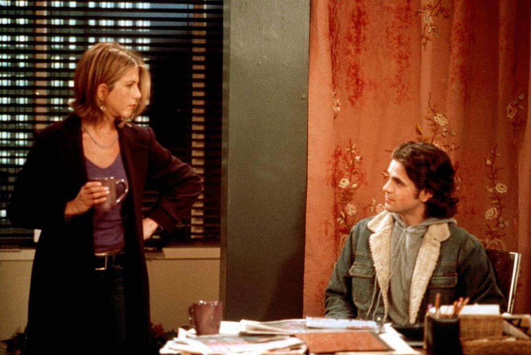 Tag (Eddie Cahill, r.) versichert Rachel (Jennifer Aniston, l.), dass die Verträge, von denen sie sprach, nie auf seinem Tisch lagen. - Bildquelle: TM+  2000 WARNER BROS.