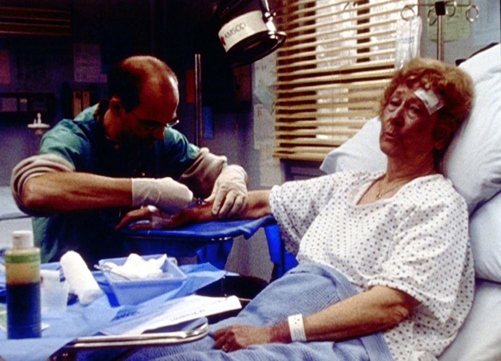 Dr. Greene (Anthony Edwards, l.) behandelt Mrs. Larkin (Natalie Core, r.), die Opfer einer Vergewaltigung wurde. - Bildquelle: TM+  2000 WARNER BROS.