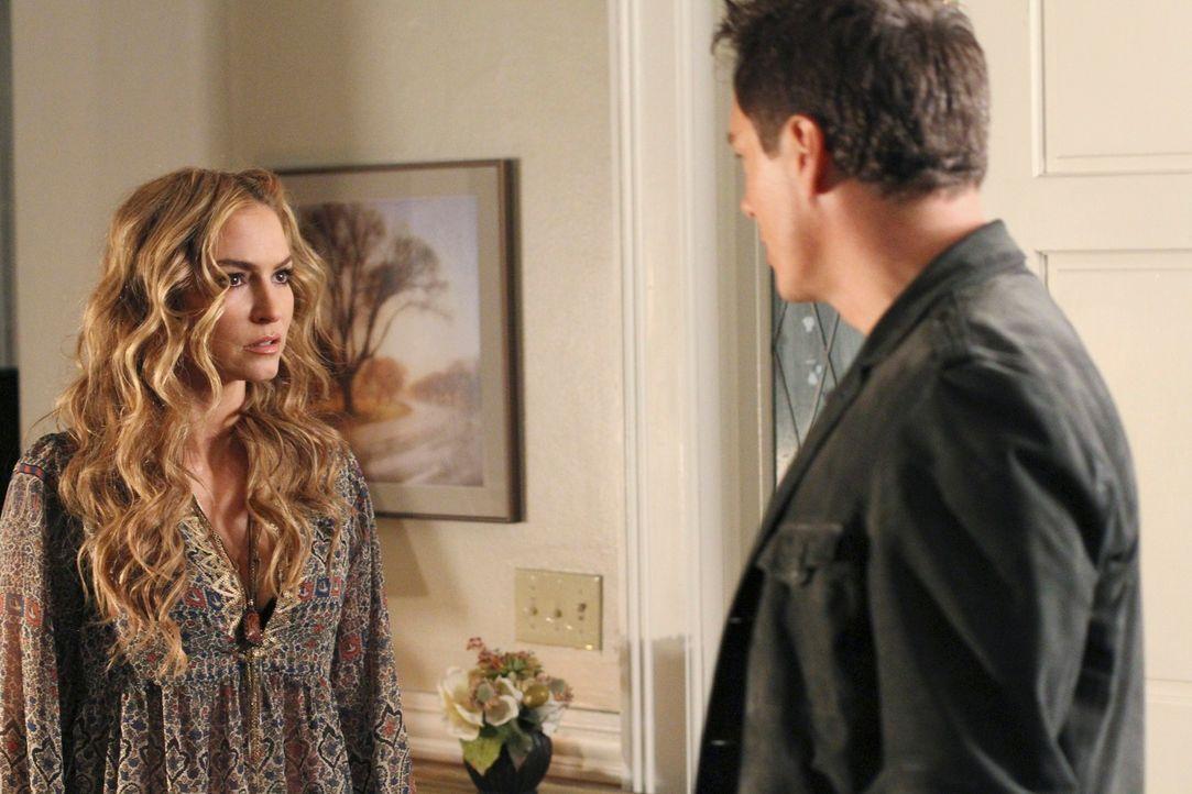 Während Bree entdeckt, dass Sam sie belogen hat, trifft Angie (Drea de Matteo, l.) auf ihren Ex-Freund Patrick Logan (John Barrowman, r.) - der nich... - Bildquelle: ABC Studios