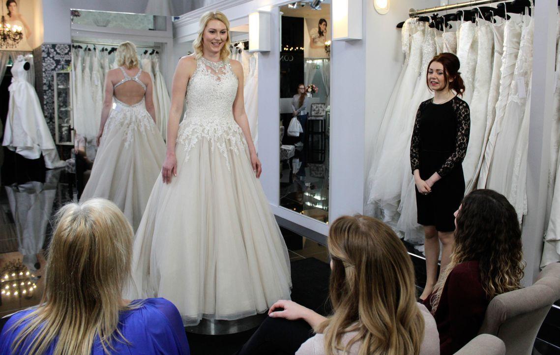 Ria wünscht sich ein Kleid, dass ihre Figur betont und eine schöne Rückenans... - Bildquelle: International Networks & Discovery Communications