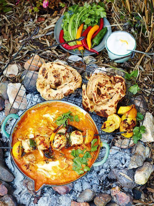 Die Zubereitung dieses Chicken Tikka Masalas über offenem Feuer lässt selbst den erfahrensten Koch staunen ... - Bildquelle: FRESH ONE PRODUCTIONS MMXIV