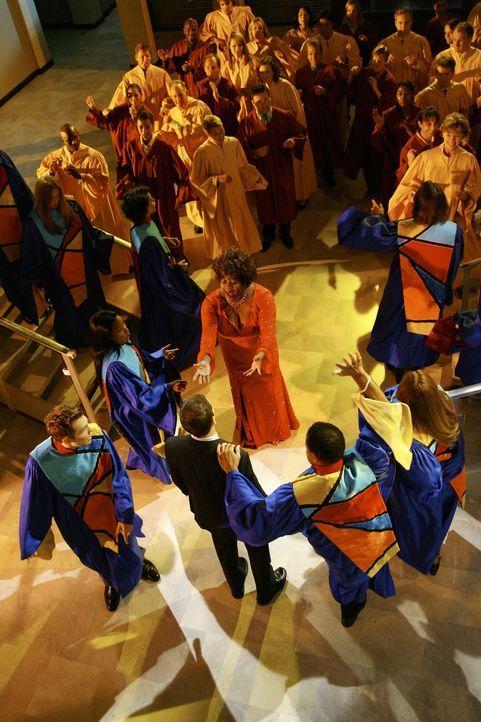 Patti (Loretta Devine, M. hinten) tanzt in einem Gospel-Chor auf Hawaii: Elis (Jonny Lee Miller, M. vorne) Visionen werden immer bizarrer ... - Bildquelle: Disney - ABC International Television