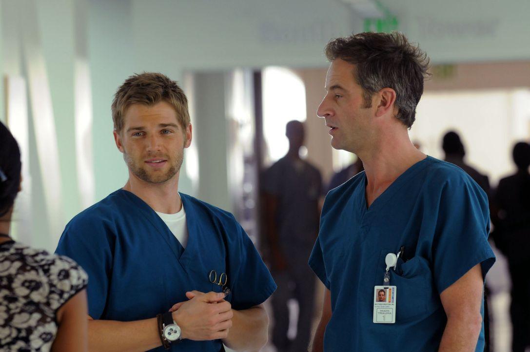 Eine verpfuschte OP seiner Kollegin Dr. Warren veranlasst Dr. DeLeo (Mike Vogel, l.) dazu, sie vor dem Chefarzt Dr. Proctor (Jeremy Northam, r.) zu... - Bildquelle: Warner Brothers