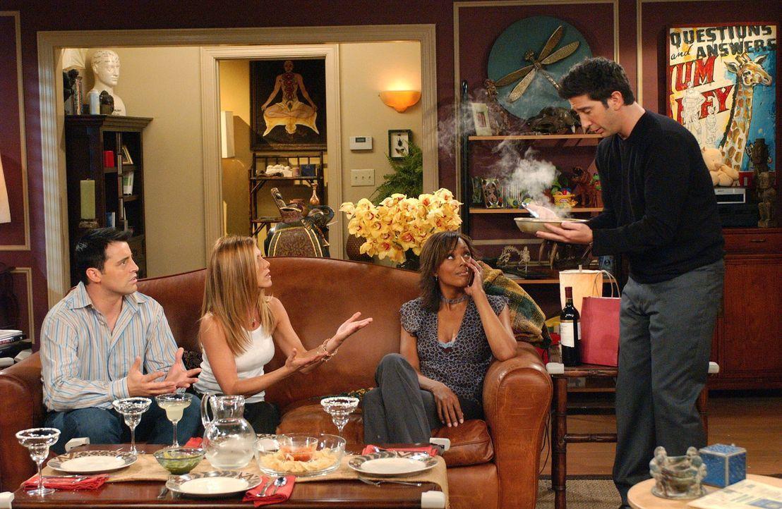 Trotz kleiner Schwierigkeiten, verstehen sich Joey (Matt LeBlanc, l.), Rachel (Jennifer Aniston, 2.v.l.), Ross (David Schwimmer, r.) und Charlie (Ai... - Bildquelle: 2003 Warner Brothers International Television