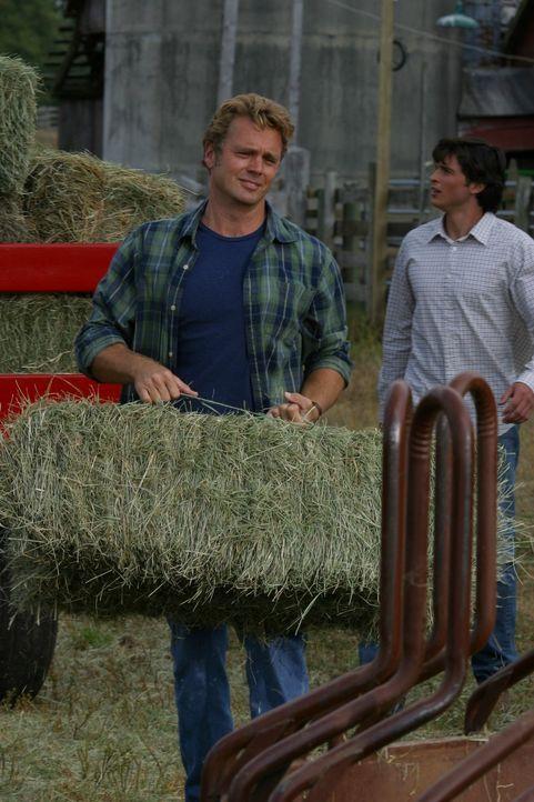 Jonathan (John Schneider, l.) weiß, dass Clark (Tom Welling, r.) nach seiner Rückkehr nach Smallville damit zu kämpfen hat, wieder ein halbwegs norm... - Bildquelle: Warner Bros.