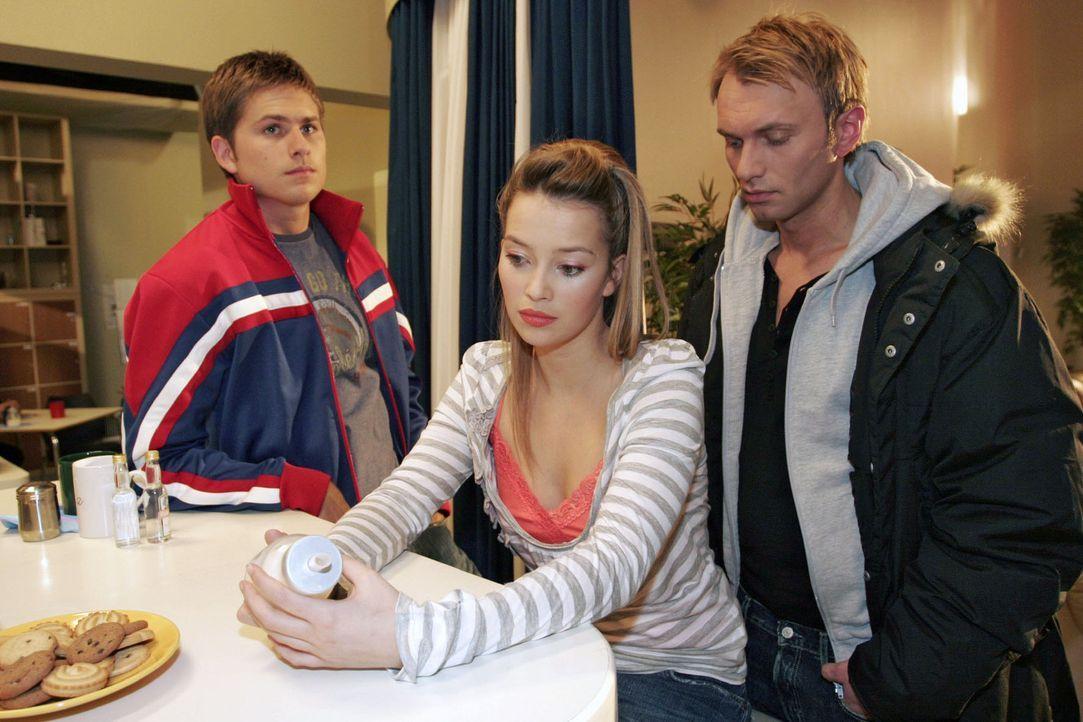 Auch Timo (Matthias Dietrich, l.) und Hannah (Laura Osswald, M.) hat die Nachricht von Brittas Tod schockiert - da taucht überraschend Marc (Jean-M... - Bildquelle: Noreen Flynn Sat.1