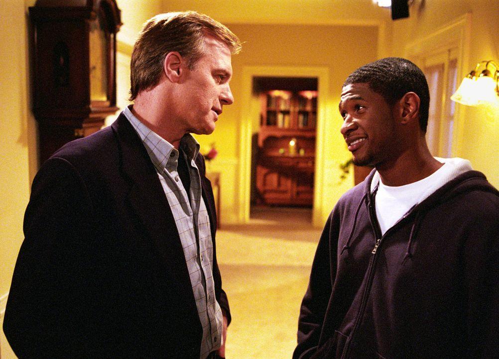 Will (Usher Raymond, r.) bietet Eric (Stephen Collins, l.) einen Job beim College-Radio an. - Bildquelle: The WB Television Network
