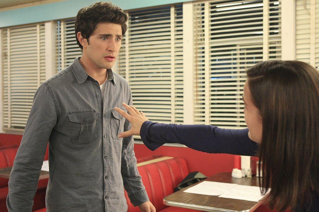 Im Restaurant kann Jessi (Jaimie Alexander, r.) plötzlich ihre Kräfte nicht mehr kontrollieren. Kyle (Matt Dallas, l.) weiß zunächst nicht, wie... - Bildquelle: TOUCHSTONE TELEVISION