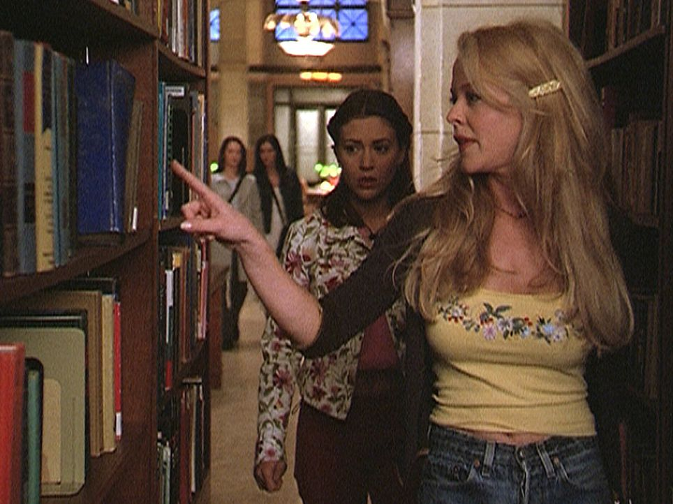 """Charleen (Rebecca Cross, r.) zeigt Phoebe (Alyssa Milano, 2.v.r.) die Stelle, an welcher der Dämon """"Libris"""" sie in der Bibliothek angegriffen hat. - Bildquelle: Paramount Pictures"""