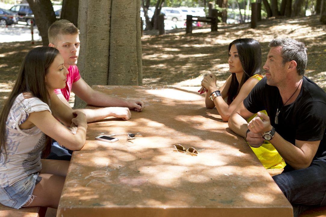 """Megan (2.v.r.) und Chris (r.) überwinden sich dazu, sich mit Leigh Ann (l.) und """"Chicago Chris"""" (2.v.l.) zu treffen. Wie wird die Begegnung ausgehen? - Bildquelle: Showtime Networks Inc. All rights reserved."""