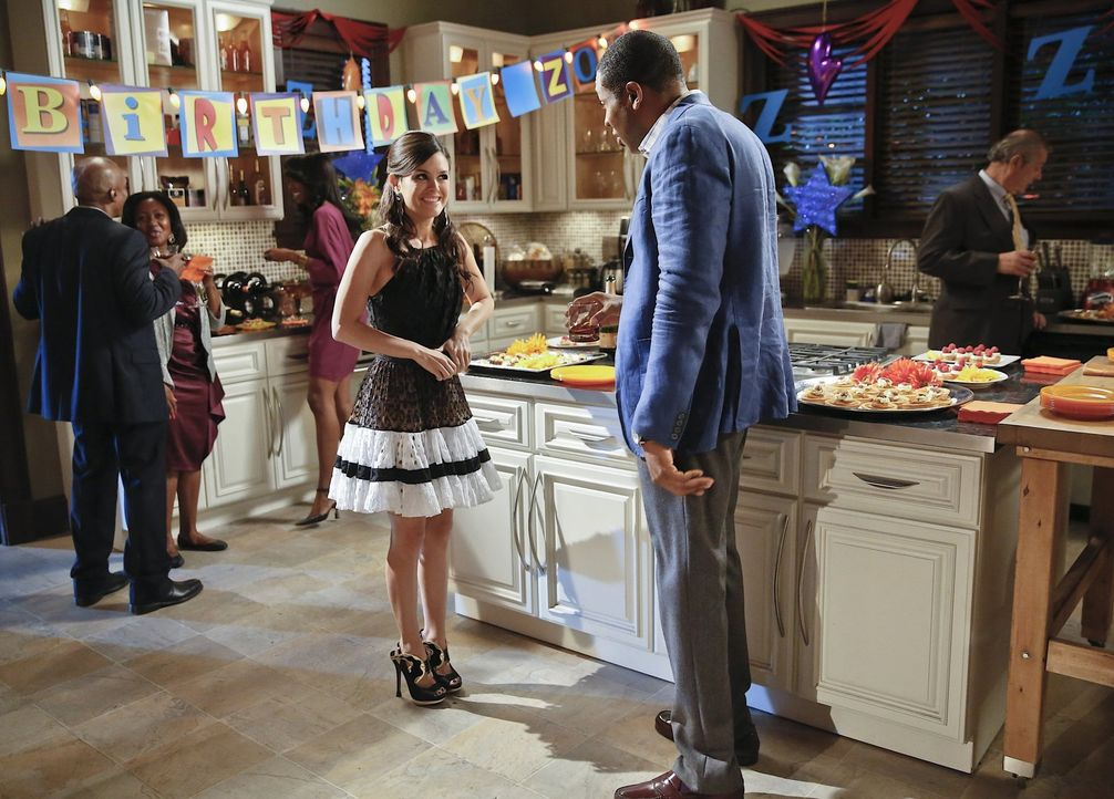 Der Plan, Lavon (Cress Williams, r.) mit einer Geburtstagsparty für Zoe (Rachel Bilson, l.) aufzumuntern, geht überhaupt nicht auf ... - Bildquelle: Warner Brothers