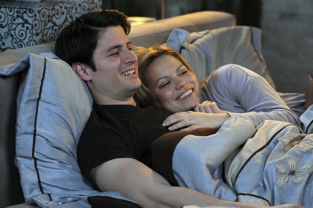 Während Nathan (James Lafferty, l.) und Haley (Bethany Joy Lenz, r.) auf Wolke sieben schweben, hat ihr Sohn mit dem ersten Liebeskummer zu kämpfen... - Bildquelle: Warner Bros. Pictures