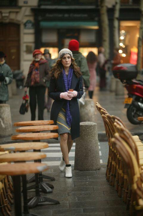 Da Aleksandr mit den Vorbereitungen für seine Ausstellung beschäftigt ist, macht sich Carrie (Sarah Jessica Parker) alleine auf den Weg durch Paris... - Bildquelle: Paramount Pictures