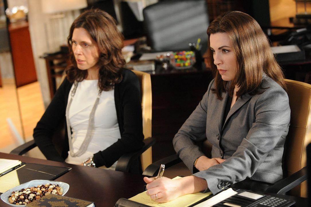 Carla (Jessica Hecht, l.), die Frau von Peters Widersacher, lässt sich von Alicia (Julianna Margulies, r.) bei ihrer Scheidung vertreten, um all ih... - Bildquelle: CBS Studios Inc. All Rights Reserved.