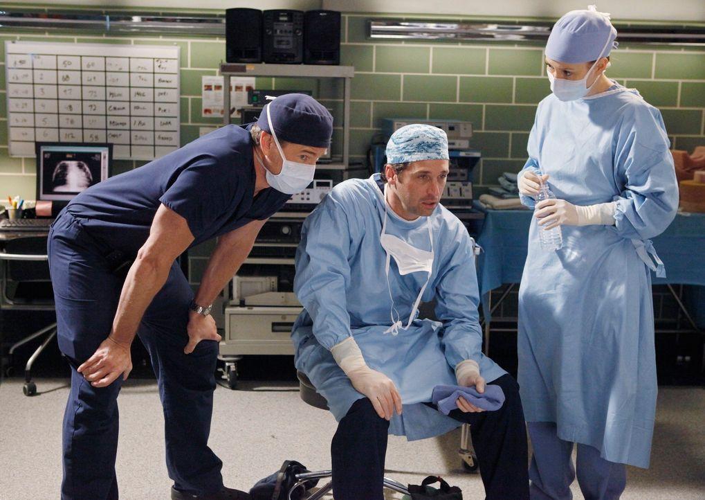 Haben die stressige Operation überstanden: Marc (Eric Dane, l.), Derek (Patrick Dempsey, M.) und Lexie (Chyler Leigh, r.) ... - Bildquelle: Touchstone Television