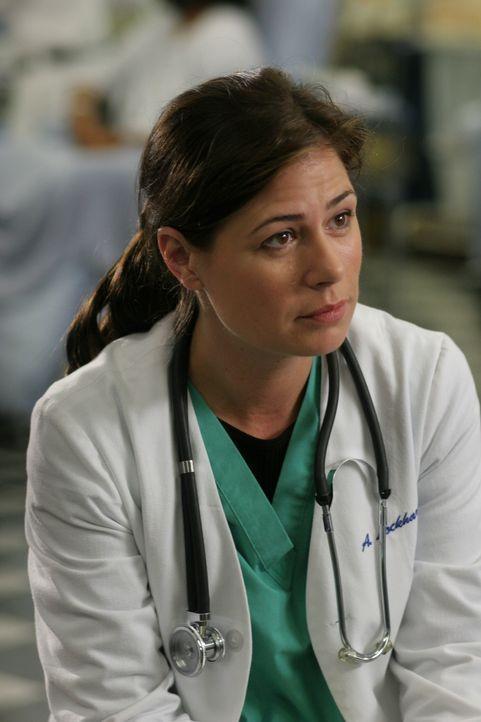 Abby (Maura Tierney) fühlt sich etwas unbehaglich, da alle in der Notaufnahme inzwischen über ihr Verhältnis zu Jake bescheid wissen ... - Bildquelle: WARNER BROS