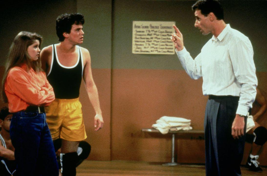 Als D.J. (Candace Cameron, l.) alles um sich herum vergisst, verbietet Danny (Bob Saget, r.) ihr den Umgang mit ihrem Freund Steve (Scott Weinger, M... - Bildquelle: Warner Brothers Inc.