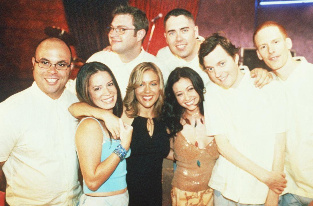 Piper (Holly Marie Combs, M.l.), Prue (Shannen Doherty, M.r.) und Phoebe (Alyssa Milano, M.) amüsieren sich mit einer Band im Club. - Bildquelle: Paramount Pictures