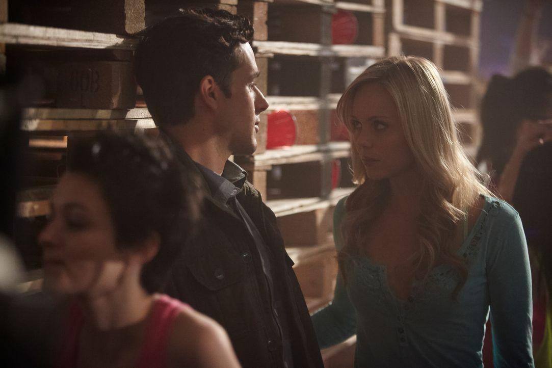 Als Elena (Laura Vandervoort, r.) den Werwolf Scott Brandon (Marc Bendavid, l.) in einem Lagerhaus aufspürt, ahnt sie nicht, in welche Gefahr der Ne... - Bildquelle: 2014 She-Wolf Season 1 Productions Inc.