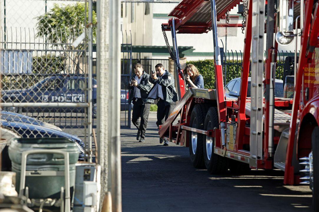 Setzen alles daran, Richard Castle zu retten: Ryan (Seamus Dever, l.), Esposito (Jon Huertas, M.) und Kate Beckett (Stana Katic, r.) ... - Bildquelle: Kelsey McNeal ABC Studios / Kelsey McNeal