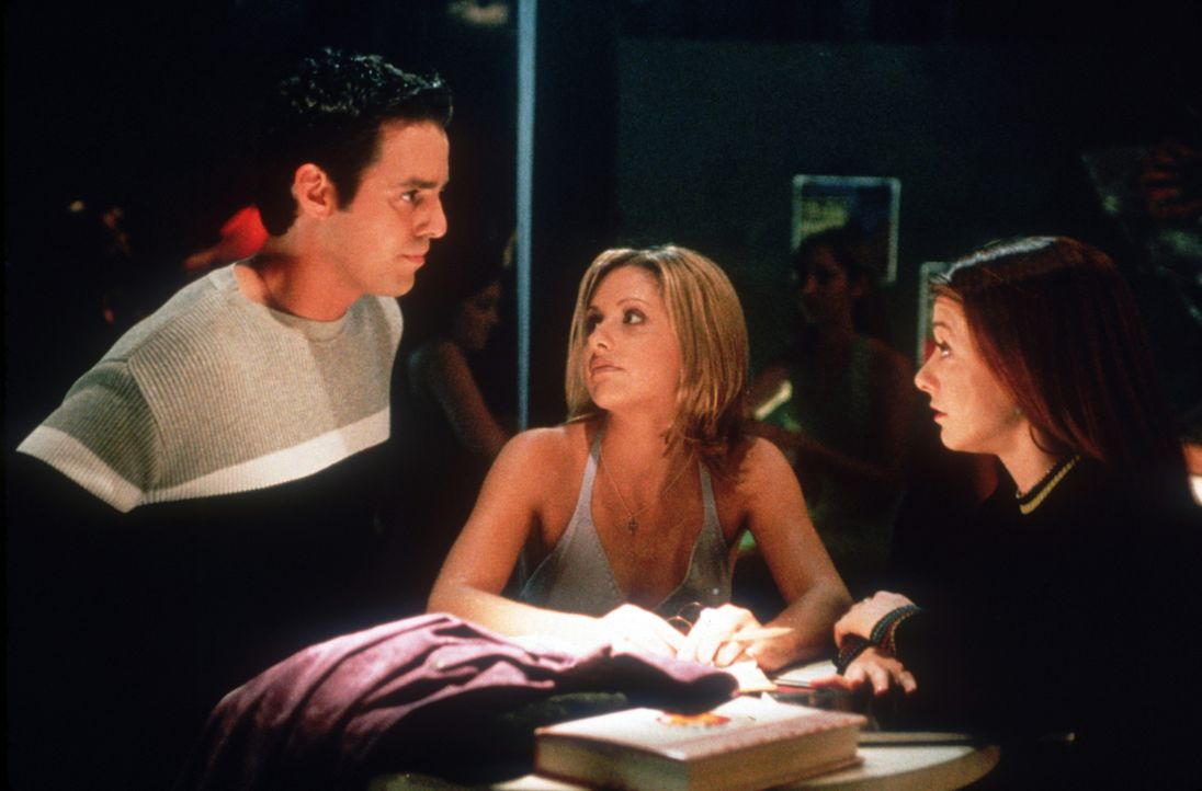 Xander (Nicholas Brendon, l.), Buffy (Sarah Michelle Gellar, M.) und Willow (Alyson Hannigan, r.) besprechen die Lage ... - Bildquelle: TM +   2000 Twentieth Century Fox Film Corporation. All Rights Reserved.