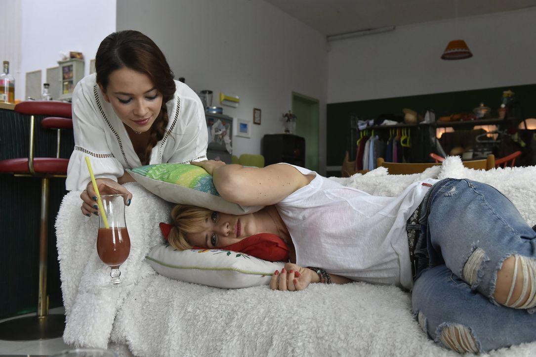 Nach alldem was geschehen ist, möchte sich Mila (Susan Sideropoulos, r.) nur noch verkriechen - doch kann Sally (Laura Osswald, l.) sie aufmuntern? - Bildquelle: Claudius Pflug sixx