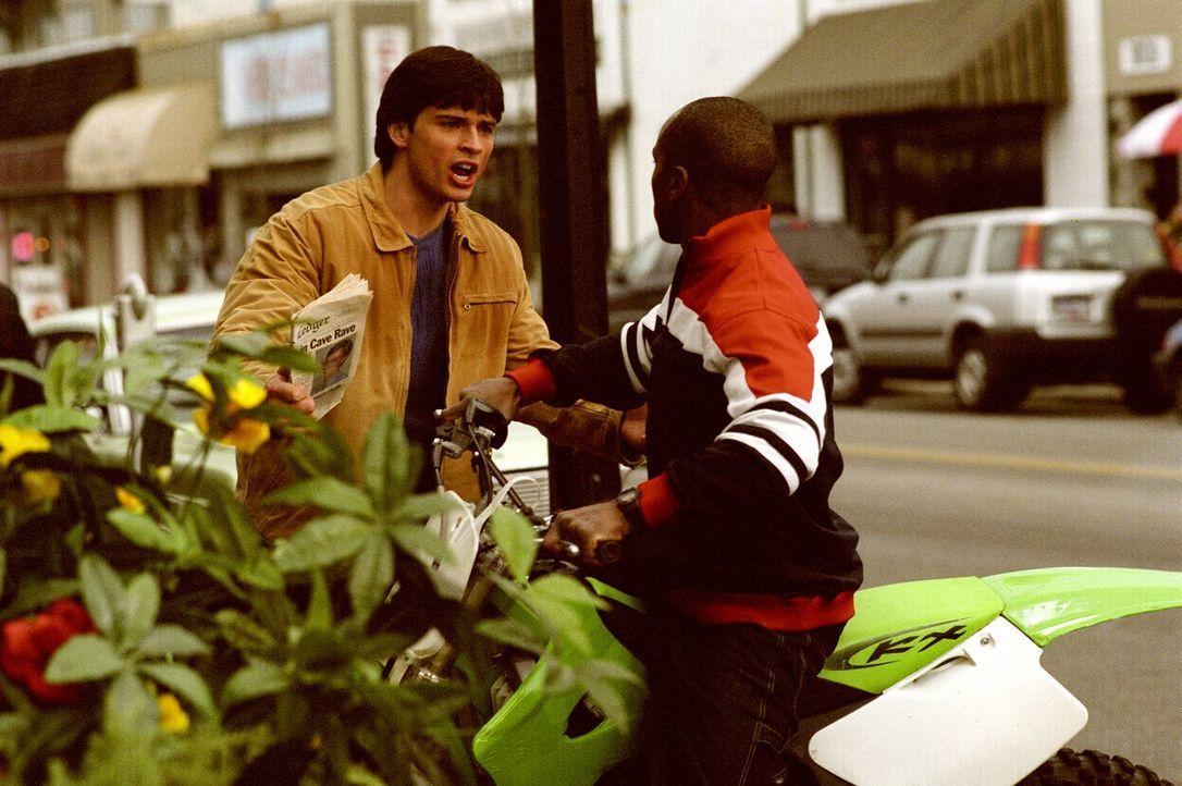 Mehrere von Clarks (Tom Welling, l.) und Petes (Sam Jones III., r.) Mitschülern werden von lebensgefährlichen Parasiten befallen, die sie in Amokläu... - Bildquelle: Warner Bros.