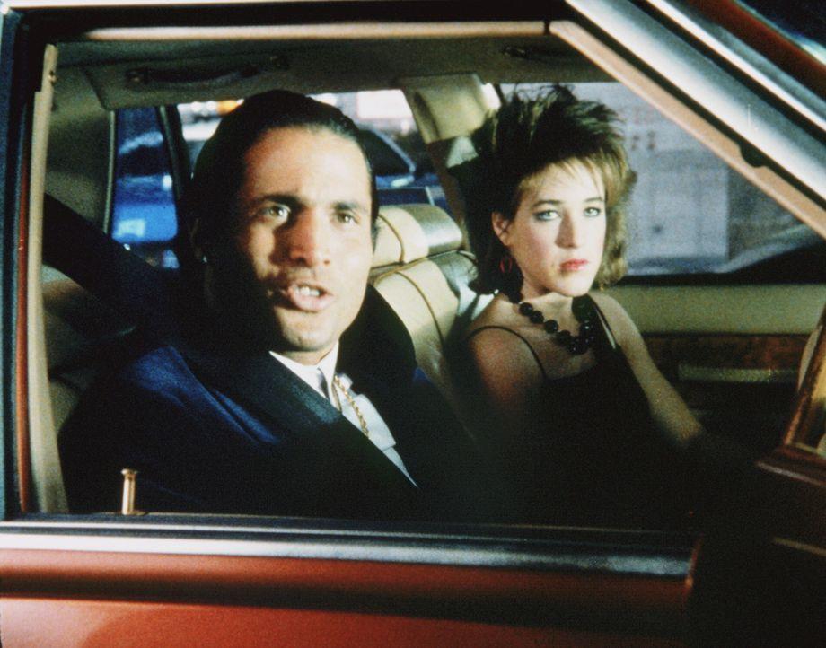 Lucero (Paul Mones, l.) verlässt in Begleitung von Stephanie (Kristy Swanson) das 14. Revier. - Bildquelle: ORION PICTURES CORPORATION. ALL RIGHTS RESERVED.