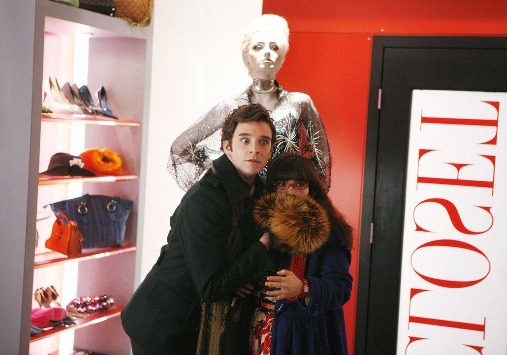 Klauen ein kostbares Kleid: Betty (America Ferrera, r.) und Marc (Michael Urie, l.) ... - Bildquelle: 2008   ABC Studios