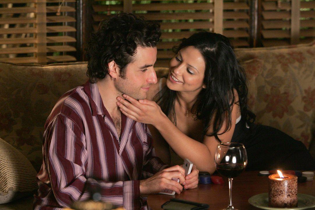 Üben für ein Pokerturnier: Charlie (David Krumholtz, l.) und Amita (Navi Rawat, r.) ... - Bildquelle: Paramount Network Television
