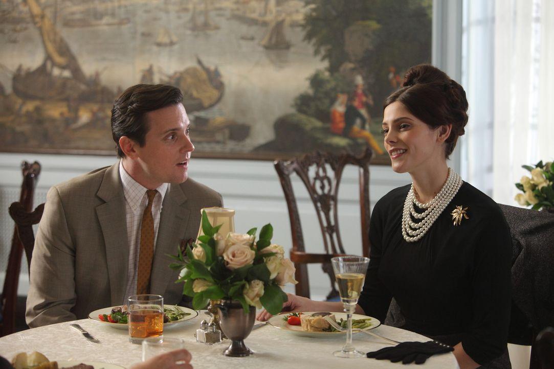 Nicht nur bei Ted (Michael Mosley, l.) und Amanda (Ashley Greene, r.) fahren die Gefühle Achterbahn ... - Bildquelle: 2011 Sony Pictures Television Inc.  All Rights Reserved.