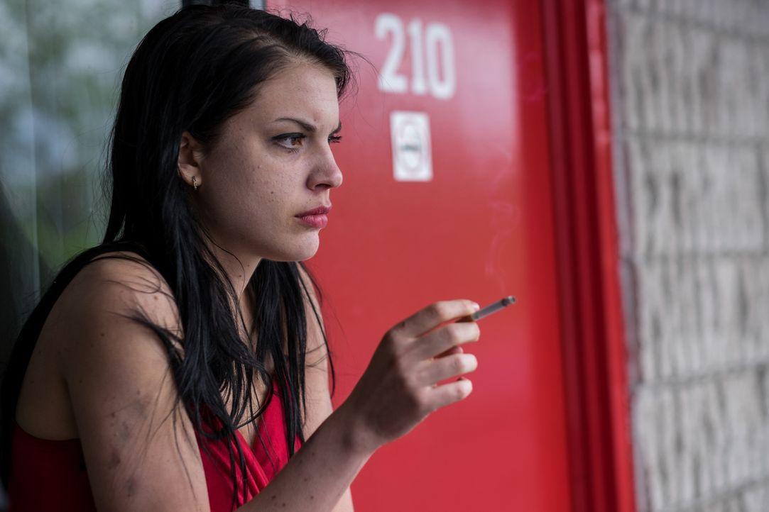 Die junge Hazel (Sonya Proehl) bekommt von einem Bekannten ein Angebot für einen angeblichen Bürojob, doch schließlich findet sie sich in einem Alpt... - Bildquelle: Darren Goldstein Cineflix 2015