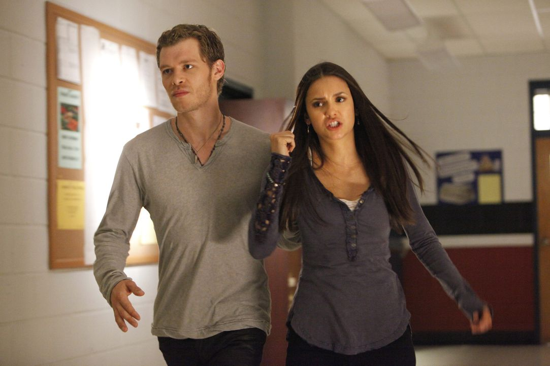 Klaus (Joseph Morgan, l.) ist es gelungen, Elena Gilbert (Nina Dobrev, r.) in seine Gewalt zu bringen. Hat sie eine Chance, ihm zu entkommen? - Bildquelle: Warner Bros. Television