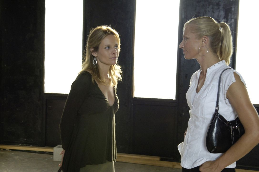 Starten gemeinsam ein neues Geschäft: Gina (Jessalyn Gilsig, l.) und Julia (Joely Richardson, r.) ... - Bildquelle: TM and   2005 Warner Bros. Entertainment Inc. All Rights Reserved.