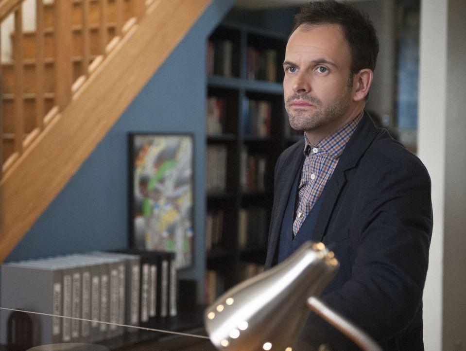 Ermittelt in einem verdächtigen Fall von Fahrerflucht, bei dem ein bekannter Verschwörungstheoretiker involviert war: Sherlock (Jonny Lee Miller)... - Bildquelle: CBS Television