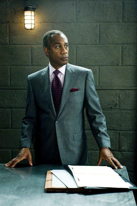 Versucht alles, um Peter zu helfen: Anwalt, Daniel Golden (Joe Morton) ... - Bildquelle: CBS Studios Inc. All Rights Reserved.