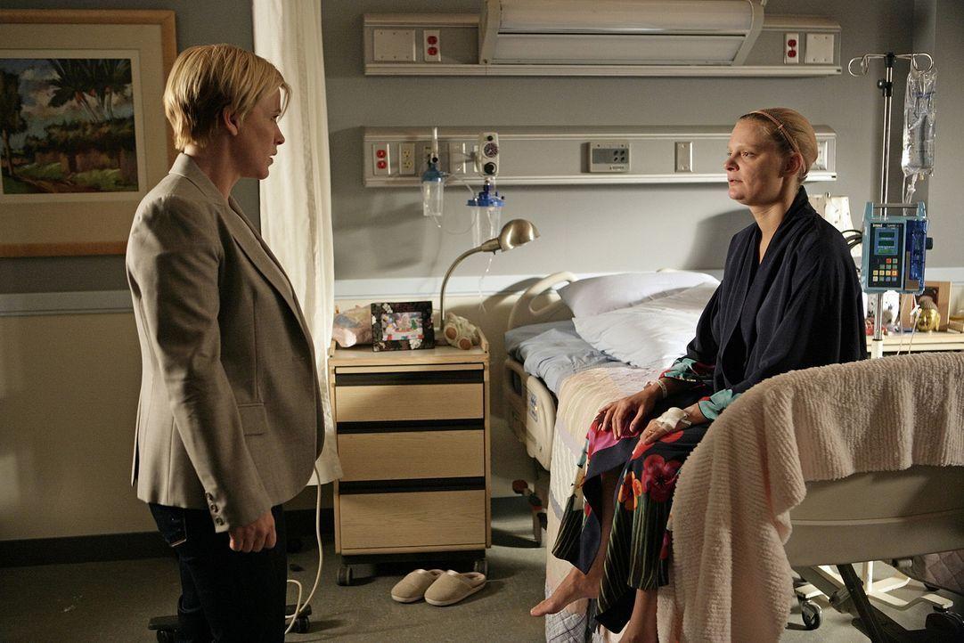 Allison (Patricia Arquette, l.) unterhält sich mit ihrer Freundin Rosemary Widdick (Martha Plimpton, r.), die einen lebensbedrohlichen Tumor im Kopf... - Bildquelle: Paramount Network Television