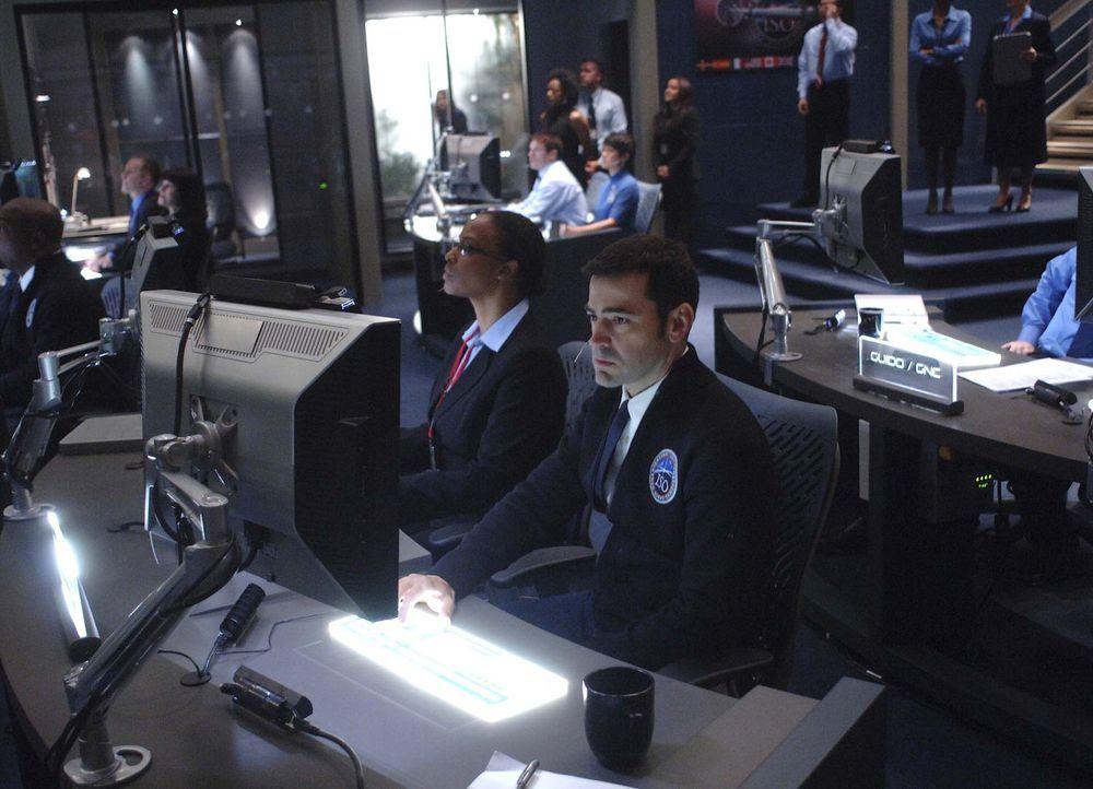 Nach seiner fünfjähriger Ausbildung tritt Maddux (Ron Livingston, r.) zu seinem ersten Weltraumflug an Bord der Antares an ... - Bildquelle: 2009 Fox Television Studios.