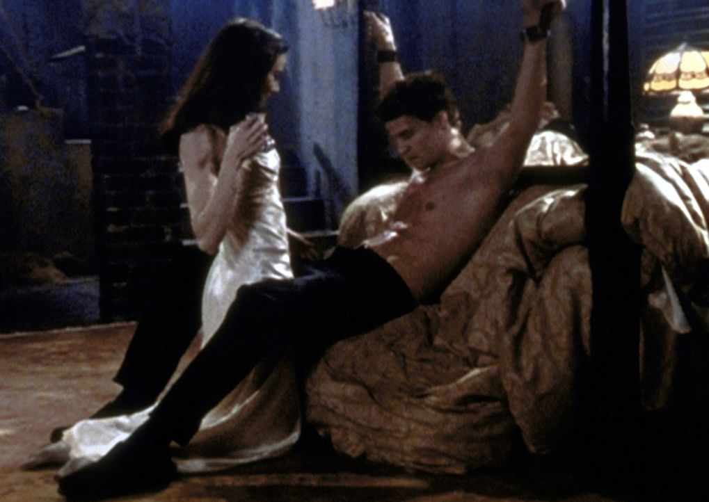 Drusilla (Juliet Landau, l.) hat Angel (David Boreanaz, r.) in ihre Gewalt gebracht und will sich an ihm rächen. - Bildquelle: TM +   2000 Twentieth Century Fox Film Corporation. All Rights Reserved.