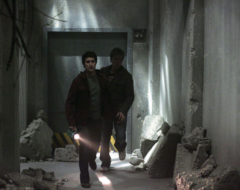 Declan (Chris Olivero, hinten) folgt Kyle (Matt Dallas, vorne) in die Ruinen von Zzyzx. Aus dem Abenteuer wird jedoch schnell tödlicher Ernst ... - Bildquelle: TOUCHSTONE TELEVISION